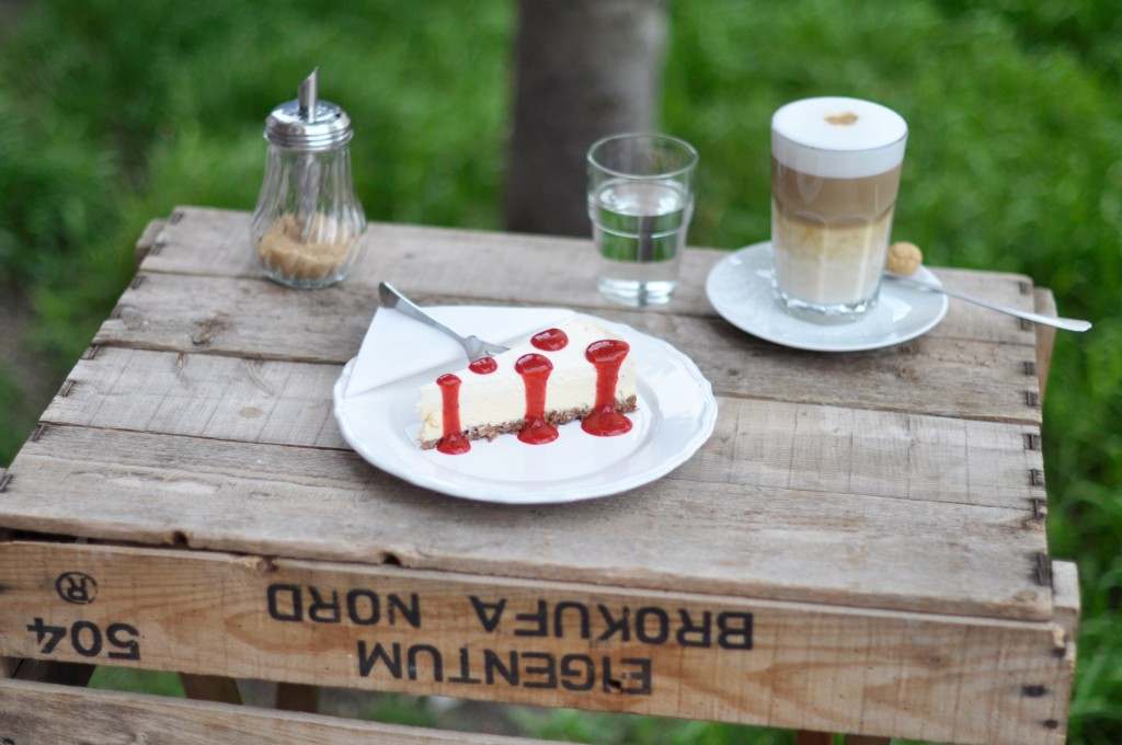 Café less political Hamburg Schanze Käsekuchen Kaffeeliebe