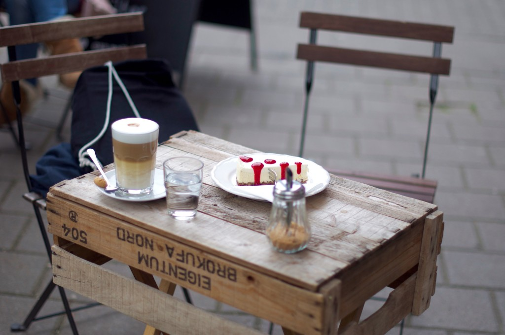 Schanze less political Käsekuchen Latte Macchiato