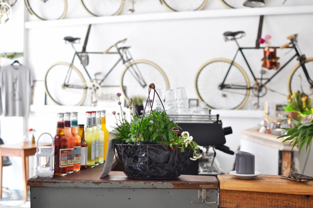 Le Vélo Hamburg EImsbüttel Café Fräulein Anker Vintage Interior Fahrrad restaturierung