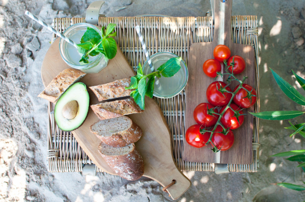 Avocado Brot Tomate Picknicken am Elbstrand Hamburg Foodblog