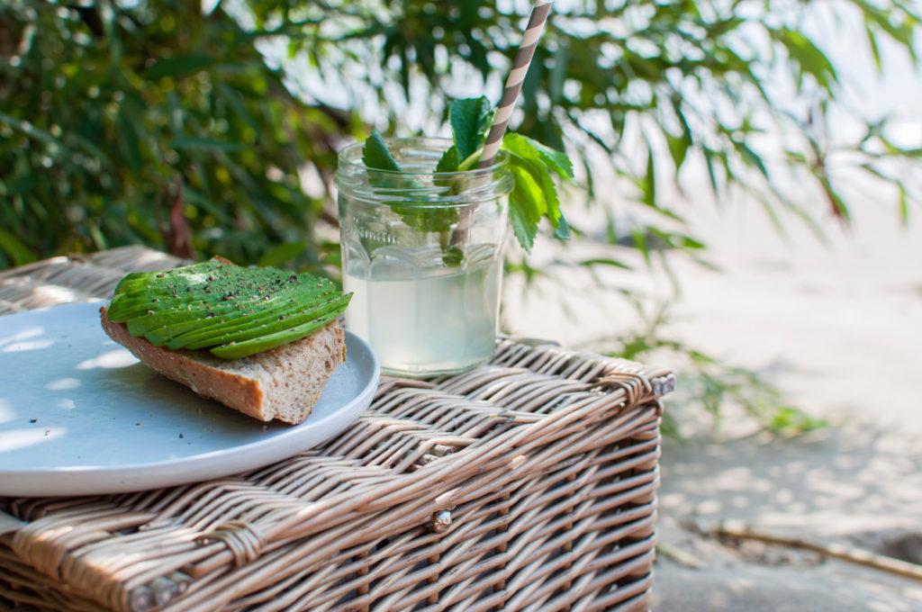 Avocado Brot und Limonade am Elbstrand Hamburg Altona Ausflug in Grüne