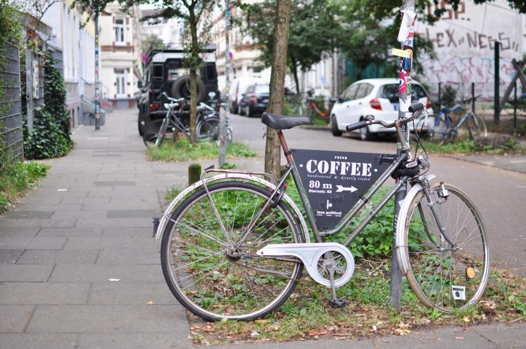 less-political-hamburg-fahrrad-karoviertel-sternschanze-cafe