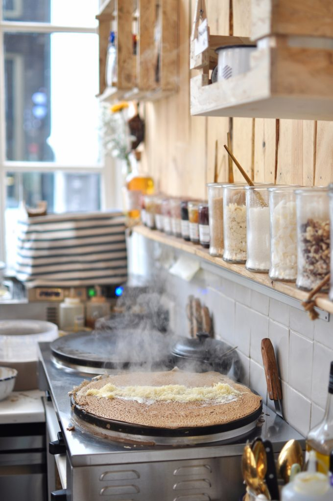 crepperie-bretonne-cocotte-amsterdam-spuistraat-127-coffee-place-crepes-in-the-making