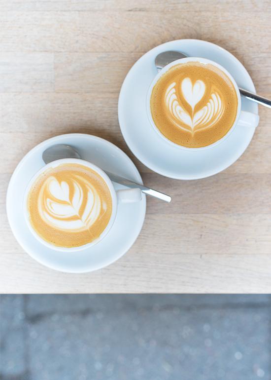 Auf-einen-Kaffee-im-Milch-Feinkost-Hamburg-Hafen